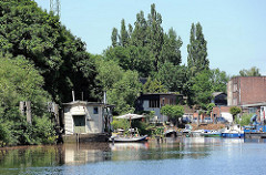 Harburger Holzhafen - Hauseboote im Kanal - Sportboote, Motorboote.