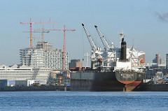 Frachtschiff am Kirchenbauerkai - Baustelle + Baukräne der Hamburger Hafencity, dem neuen Stadtteil Hamburgs.