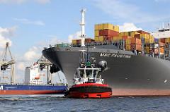 Bug des 366m langen und 48m breiten Containerschiffs. Ein Hafenschlepper unterstützt den Containerriesen beim Wenden im Hafenbecken.
