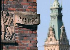 Hamburgbilder; die Altstadt der Hansestadt Hamburg - Strassenschild Kattrepel Kontorhausviertel - Turm Hamburger Rathaus.
