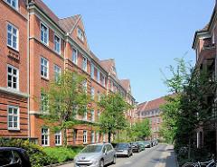 Bilder der Architektur in der Hansestadt Hamburg - Backsteingebäude der Wohnanlage in Hamburg Bahrenfeld - Wohnstrasse, parkende KFZ.