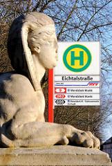 Bushaltestelle Eichtalstrasse - Sphinx am Eingang des Eichtalparks in Hamburg Wandsbek.