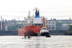 Tankhafen von Hamburg Harburg - ein Tankschiff wird von einem Schlepper in die Süderelbe geschleppt.
