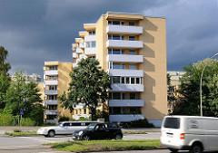 Wohngebäude am Rande der Winterhuder Bürostadt  City Nord.