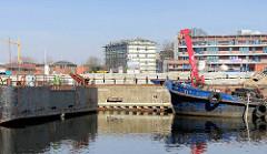 Arbeitsschiffe am Lotsekai des Harburger Binnenhafens - im Hintergrund das Harburger Schloss, Baustelle an der Horeburg.