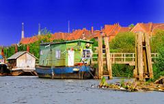 Hausboote am Potsdamer Ufer - Spreehafen Hamburg Wilhelmsburg - Dächer von Wohnblocks.