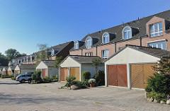 Neubauten in Hamburg Sülldorf - die Doppel-Garagen befinden sich vor den Häusern