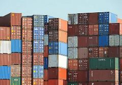 Gestapelte Container am Reiherstieg in Hamburg Wilhelmsburg - bunte Transportkisten aus Stahl.