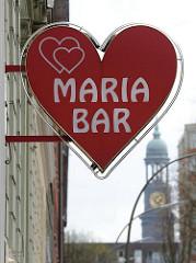 - Schild als Herzform - Maria Bar mit roten Herzen - Turm der St. Michaeliskirche im Hintergrund - Aufnahmen aus dem Stadtteil Hamburg St. Pauli.