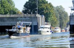 Tatenberger Schleuse an der Dove Elbe in Hamburg Tatenberg - Sportboote verlassen die Schleusenkammer.