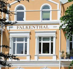 Kurortarchitektur am Falkensteiner Ufer in Hamburg Blankenese - Gründerzeitarchitektur Aufschrift Falkenthal.