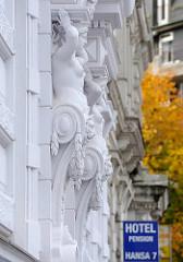 Hausfassade mit Gründerzeit Bauschmuck am Hansaplatz in Hamburg St. Georg.