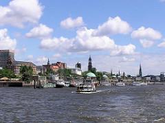 Panorama der St. Pauli Landungsbrücken mit Kirchtürmen der Hansestadt Hamburg (2003)