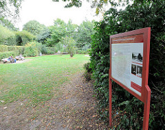 """""""Ein Gartenstück für Rosa Luxemburg"""" - Tafel in Wehbers Park in Hamburg Eimsbüttel."""