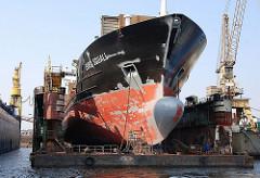 Frachtschiff zur Reparatur im Schwimmdock der Norderwerft im Reiherstieg, HH Steinwerder.
