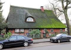 Wohnhaus - Fachwerkgebäude mit Reetdach; Neuwiedenthaler Strasse in Hamburg Hausbruch.