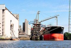Frachtschiff und Binnenschiff beim Köhlbrand in Hamburg Wilhelmsburg.