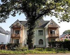 Wohngebäude - Mehrfamilienhaus - mächtige Eiche mit Efeu bewachsen als Strassenbaum.