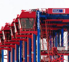 Fahrerkanzeln von Van-Carriern auf dem Gelände des HHLA Terminals Tollerort im Hafen der Hansestadt Hamburg.