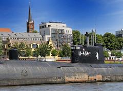 Blick auf die Strasse St. Pauli Fischmarkt - im Hintergrund der Turm der Kirche St. Pauli - vorne das U-Boot U-434, das aus dem Baakenhafen nach Altona verlegt worden ist.