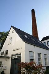 Schornstein und Gebäude einer alten Schmiede im Winterhuder Hinterhof an der Ulmenstrasse.