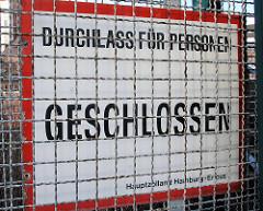 Schild hinter dem Zollzaun - Durchlass für Personen GESCHLOSSEN. Fotos von der Zollgrenze im Hamburger Freihafen.