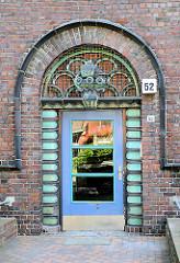 Hauseingang mit Dekor - Entstehungsjahr 1927 - Wohnhäuser / Klinkerarchitektur Hamburg Barmbek Nord.