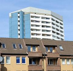 Architektur der 60er Jahre in Hamburg St. Pauli - mehrstöckige Wohnhäuser und Hochhaus.