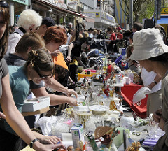 Besucher stöbern auf dem Flohmarkt des Osterstrassenfests - Bilder aus dem Hamburger Stadtteil.