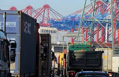 Dichter LKW-Verkehr / Stau auf dem Weg in den Hamburger Freihafen - Containerbrücken vom Waltershofer Hafen, Containerterminal EUROGATE.