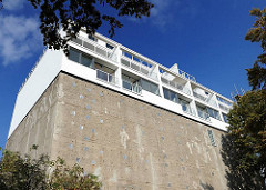 Eilbeker Zivilbunker; moderne Neubebauung auf dem Dach des Schutzbunkers.