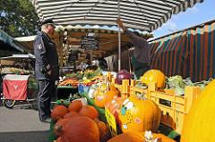 Fuhlsbüttler Wochenmarkt - Marktstände, Verkaufsstände am Ratsmuehlendamm.