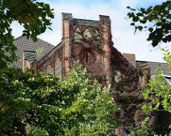 Backsteingiebel mit Wein bewachsen - ehem. Mädchenschule Woellmerstrasse, Erbaut 1910 - Architekt Harburger Stadtbaurat Friedrich Homann.