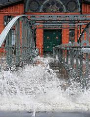 Hochwasser bei der Wassertreppe zum Fähranleger - die Gischt der Wellen sprüht hoch auf.