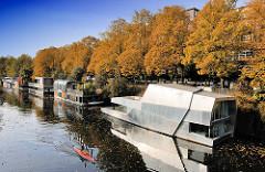Moderne Hausboote am Ufer des Eilbekkanals / Uferstrasse; Herbstbäume - Goldener Herbst, Indian Summer im Hamburger Stadtteil Barmbek Süd.