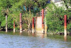 Alte Stahldalben und Anleger aus Beton - Schmidtkanal Hamburg Wilhelmsburg.