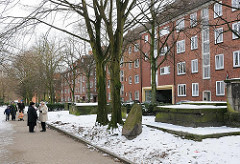 Heilig Geist Friedhof - Grabsteine Nachkriegsbauten an der Strasse.