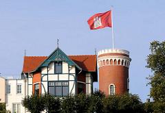 Süllberg in Hamburg Blankenese - die Hamburg Fahne weht auf dem Turm über dem Hamburger Stadtteil.