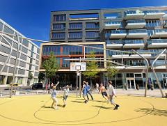 Basketballspiel auf dem Vasco-da-Gama-Platz in der Hamburger Hafencity - Architekturbilder aus Hamburg.