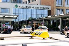 Eingang des Neubaus der Asklepios Klinik Hamburg Barmbek; Taxischild und Taxis vor dem Eingang.