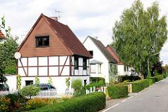 Einfamilienwohnhäuser mit Vorgarten - teilweise mit Fachwerk - Spitzdachgebäude in der Siedlung Wohlersweg in HH-NEULAND.