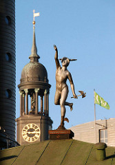 Hermesfigur auf Hausdach am Baumwall - Kirchturm der Michaeliskirche.