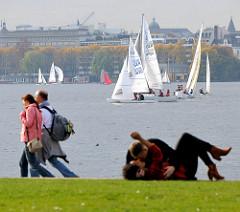 Herbstsonne in Hamburg - Herbstregatta / Alster-Glocke auf der Aussenalster - Spaziergänger und Liebespaar; Bilder aus Hamburg Hohenfelde.