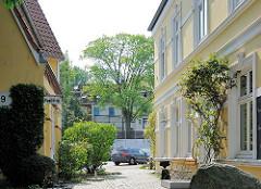 Historische Architektur - Gründerzeitgebäude, restauriert mit gelber und weisser Fassade - Phönixhof in HH- Ottensen.