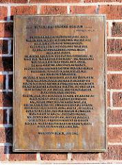Erinnerungstafel an den Pastor Bernhard Bothmann an der Fassade der ev. luth. Kreuzkirche im Hamburger Stadtteil Wandsbek.
