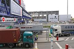 Lastzüge mit Containern an der Einfahrt zum HHLA Container Terminal Tollerort.