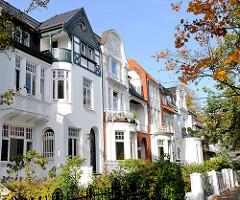 Historische Hamburger Architektur im Stadtteil Eppendorf - Stadtvillen mit kleinem Vorgarten; Jugendstil und Historismus.