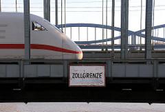 Bahnbrücke über die Norderelbe - Elbbrücke; Schild Zollgrenze über dem Wasser.