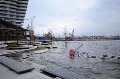 Bilder vom Hamburger Hochwasser in der Hafencity - hoher Wasserstand bei einer STurmflut im Hamburger Hafen.