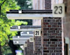 Hausnummern an einem Wohngebäude; Ziegelarchitektur - Fotos aus Hamburg Barmbek Nord.